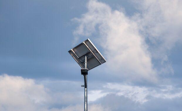 Placa solar fotovoltaica en un sistema asilado.